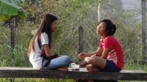 Après la classe, séance tchatche au jardin